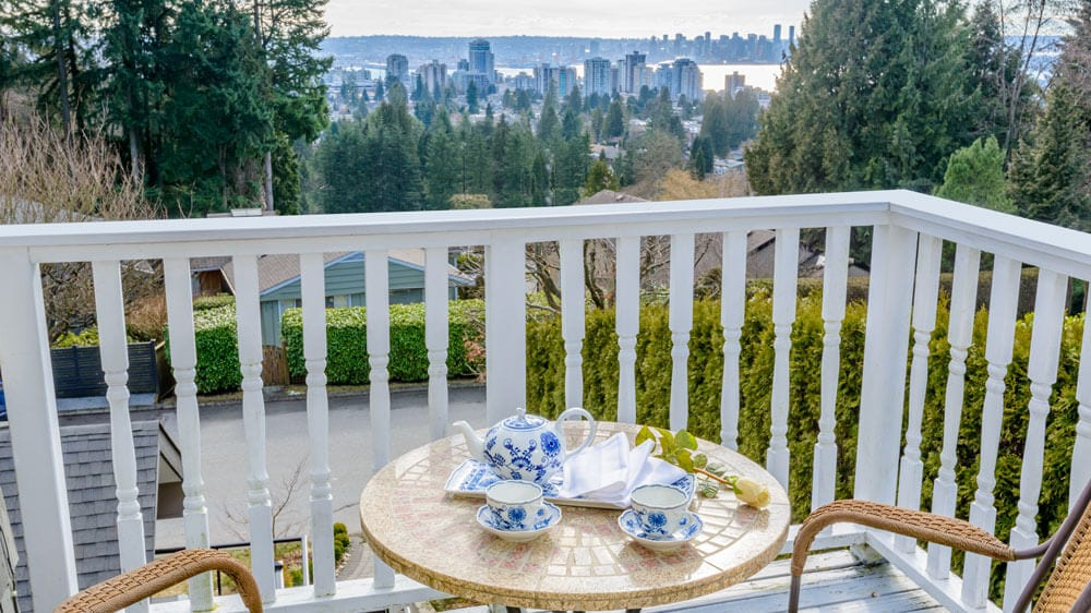 balcony and view deluxe queen suite vancouver bed and breakfast